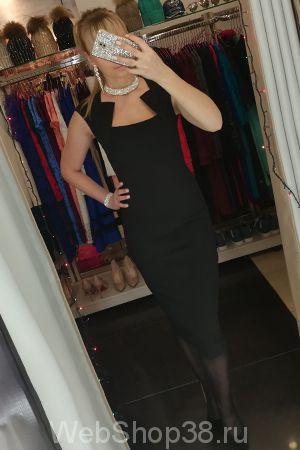 Черное облегающее платье футляр длины миди с крутым вырезом